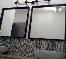 Miroirs et luminaires installés dans la salle d'eau