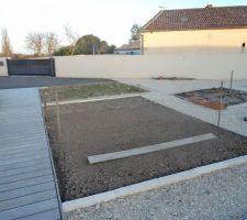 Le potager se reduit les échalotes oignons sont plantés , au second plan l'emplacement de  la future jardinière en poutre de chêne !
