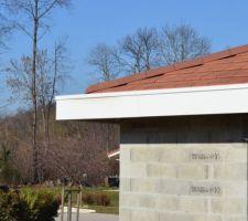 17/02/2019 : Résultat de la reprise de la couverture. Vue sur un angle de toiture. La couverture s'arrête en milieu de dépassement de toiture.