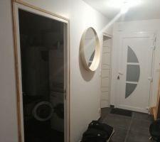 Installation du miroir ikea dans l'entree