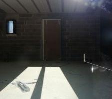 La porte d'entrée, blanche à l'intérieur
