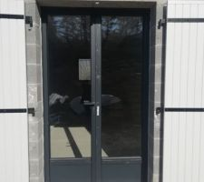 Porte-fenêtre alu anthracite et volets bois - façade sud