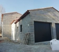 Portes de garage anthracites et génoises, un beau mélange de moderne et de provençal comme nous en rêvions