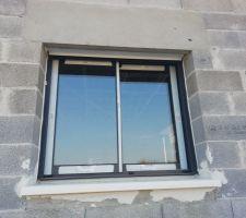 La seule fenêtre coulissante avec volet roulant de la maison, dans la cuisine
