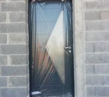 Porte d'entrée Delta de chez Bel'm bicolore (anthracite dehors, blanche dedans)
