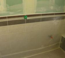 Bâche au sol et au mur dans la salle de bain