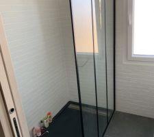 Salle d'eau de la suite parentale, effet industriel : briques, mélange noir/bois, paroi de douche effet verriere