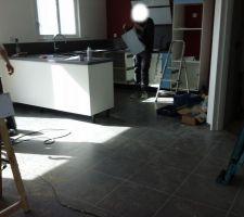 Installation de la cuisine en cours.