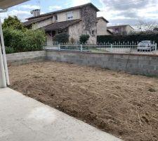 Notre terrasse couverte à l?arrière et le jardin !