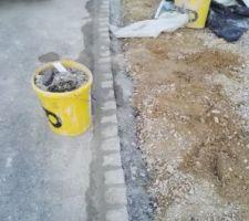 Bordures en pavés granit sur entrées voitures. Limite côté rue