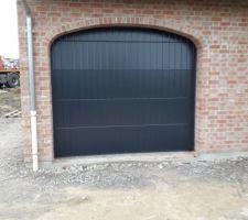 Porte garage posée  reste à  régler apparement...