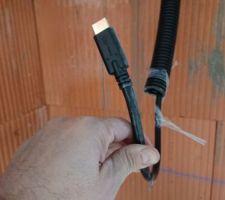 J'ai installé un cable hdmi redmere de 15 m pour relier et diffuser sur la télé du salon et de la cuisine en même temps le même programme.