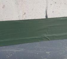 J'ai mis moi-même de la bande Sika goudronnée de 15cm *10 m pour assurer une vraie étanchéité. Très efficace :)