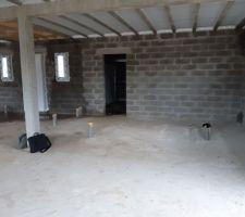 Intérieur vue de la salle à manger sur porte d'entrée et garage