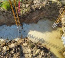 Coulage des semelles de fondation effectué. Photo prise après une pluie