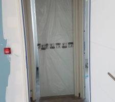 On pourrait croire que la porte des wc est à galandage mais c'est juste qu'elle est trop petite. Un nouveau style de porte pour des wc ou il n'y a pas de contrôle dans les commandes
