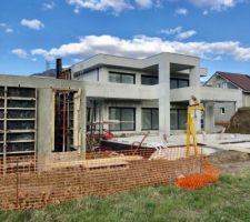 Le pool house se construit...à gauche