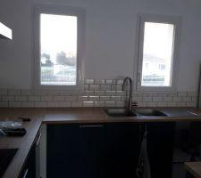 Pose des carreaux muraux de la cuisine - fin du premier mur