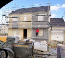 Crépis façade avant terminé. Elle prend de jolies couleurs ma maison :-)