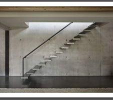 Escalier suspendu avec garde-corps minimaliste