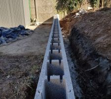 La clôture arrière. Elle aura une retenue de terre sur environ 1m de hauteur.