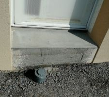 Pvc devant porte d'entrée
