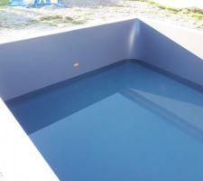 Liner posé, piscine en cours de remplissage