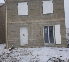 Porte d'entrée et volets et fenêtres posés