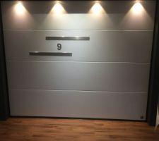 Porte de garage validée avec en options deux insert alu et le numéro de la maison et aussi un digicode