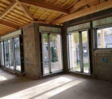 Intérieur de la maison vue sur la cuisine et les ouvertures du Salon
