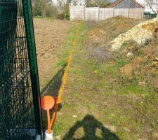 La hauteur du terrain, en limite séparative, est restée la même qu'avant les travaux de construction - aperçu du marquage de la future clôture