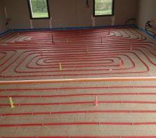 Le labyrinthe du salon avec son joint de dilatation blanc