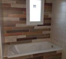 Carrelage imitation bois, dépareillé et posé en alternance - Salle de bain