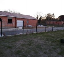 Grillage en cours sur le côté droit de la maison