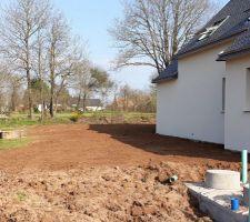 Étalement terre vegetale autour de la maison