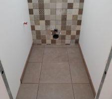 Enfin la faïence. WC de l'étage.