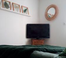 Mur face au lit décoré