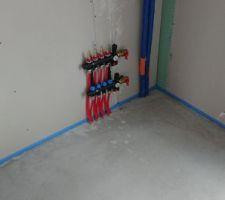 Chape. Vannes du chauffage au sol dans un placard à l'étage