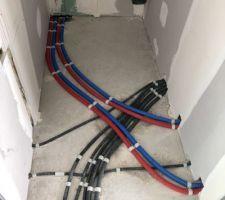Passage réseau électrique en noir , tuyaux desservant les futurs radiateur de l?etage .
