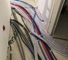 Couloir du RDC, ou passe le plus grand nombre de câbles qui seront sous une première dalle .