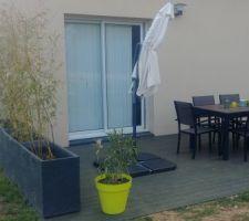 Aménagement de la terrasse en cours. On ajoute un peu de verdure