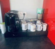 Réaménagement de l'espace café/thé/chocolat en libre service. 2 tiroirs trouvés sur amazon pour ranger les dosettes.