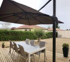 Table (Alu & plateau verre)Fauteuils et parasol déporté de chez Hespéride