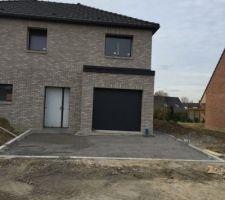 Porte de garage installée, accès exterieures en cours