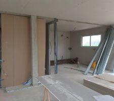 Salon vue sur le cellier et à droite la cuisine
