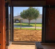 Vue de la chambre avec une baie vitrée de 2m à galandage