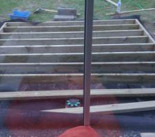 Structure de la terrasse en cours. On a creusé 20cm pour la mettre enterrée