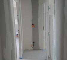 Couloir de l'étage avec ses interrupteurs manquants :(