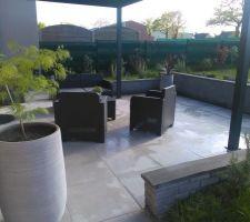 Terrasse terminée avec son petit salon de jardin, sa pergola bioclimatique et ses plantes.