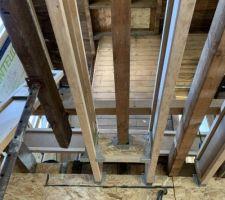 Pose des poutres en I sur l'autre partie de la maison, particularité au niveau des anciens chevêtres de cheminées